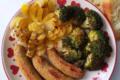 Salsicce di ceci e funghi, rosa di cipolla alla curcuma e broccoli al forno