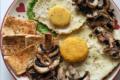 Pancake di farina di ceci con crema di piselli, uova vegane, tofu alla paprika e funghi saltati con salsa di soia