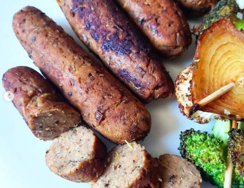 Salsicce vegane di lenticchie con spiedini di verdure