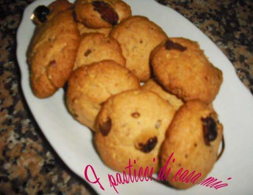 Biscotti di frolla con cioccolato uvetta e nocciole