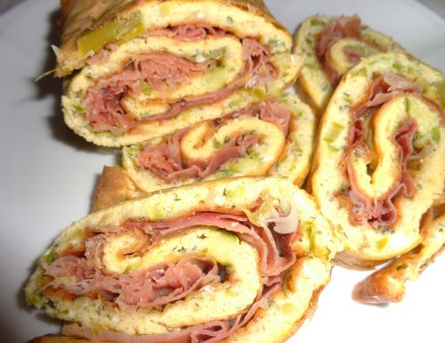 Rotolo di frittata di asparagi e prosciutto crudo