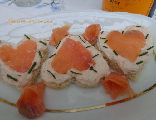 Tartine con mousse al salmone