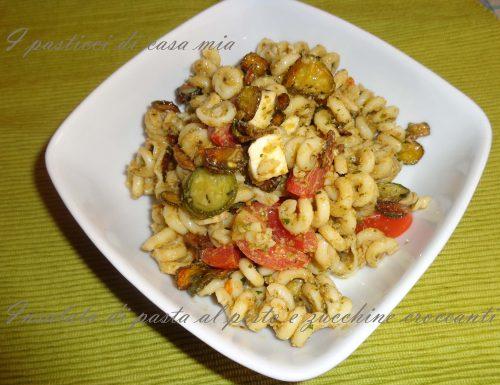 Insalata di pasta al pesto e zucchine croccanti