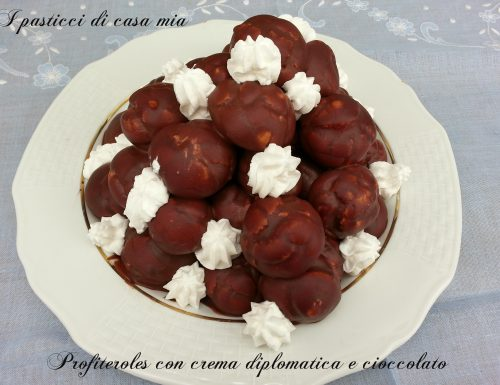 Profiteroles con crema diplomatica e cioccolato