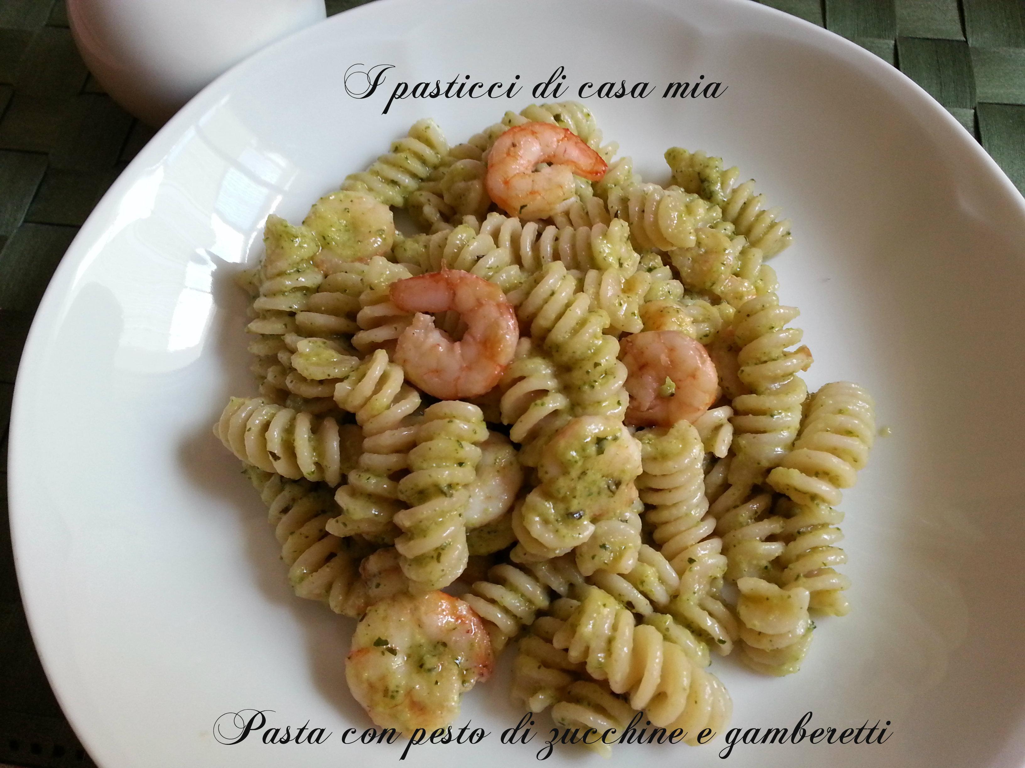 Pasta con pesto di zucchine e gamberetti