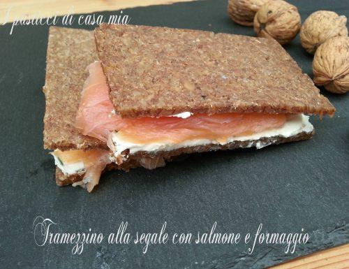 Tramezzino alla segale con salmone e formaggio