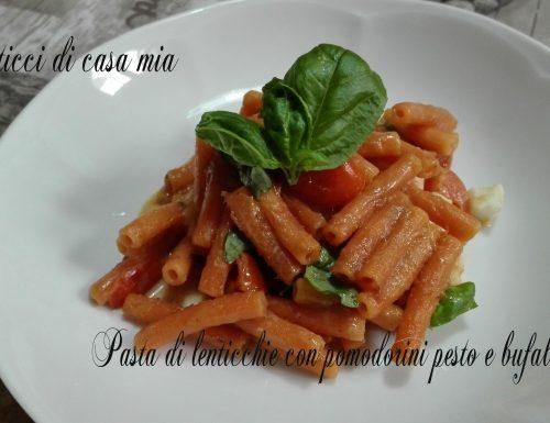 Pasta di lenticchie con pomodorini pesto e bufala