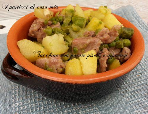 Tacchino con patate piselli e asparagi