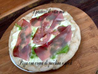 Pizza con crema di zucchina e speck