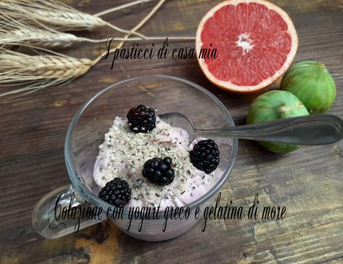 Colazione con yogurt greco e gelatina di more