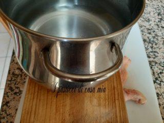 Ponete il pollo tra due taglieri con sopra un peso