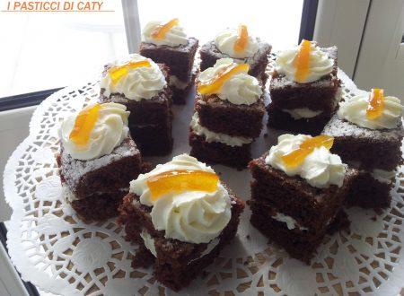 Quadretti al cioccolato con panna e scorza d'arancia caramellata