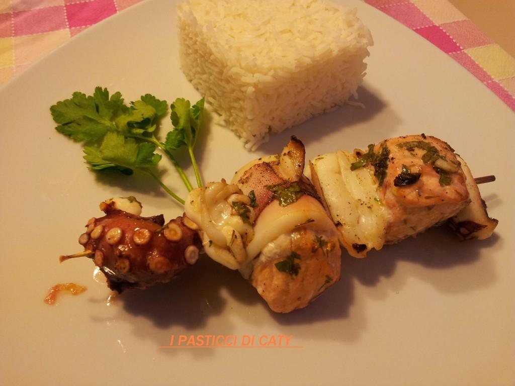 Spiedino di pesce grigliato con riso basmati for Pesce chicco di riso