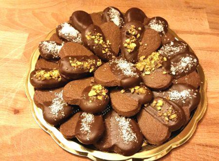 Biscotti a forma di cuore ricoperti di cioccolato