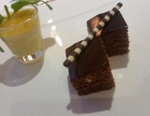 Mini cake al cioccolato con mousse alla maracuja