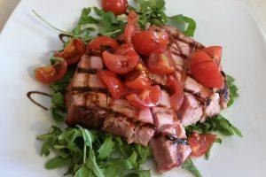 Tagliata di tonno con rucola e pomodorini