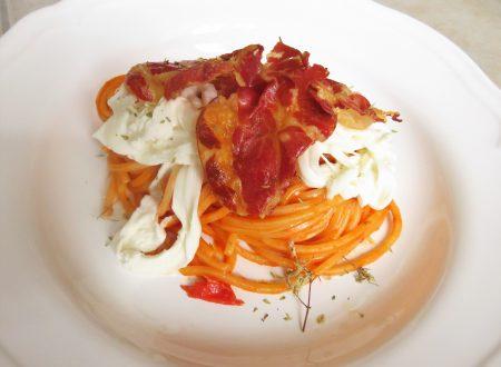 spaghetti di Gragnano con salsa dolce di pomodorini, stracciatella pugliese e capocollo di Martina Franca croccante