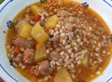 Zuppa di orzo con zucca e salsiccia