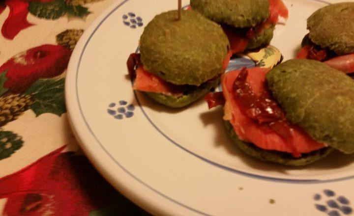 Miniburger agli spinaci con salmone e pomodoro secco