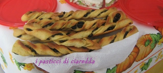 Frustine di semola con olive nere e origano