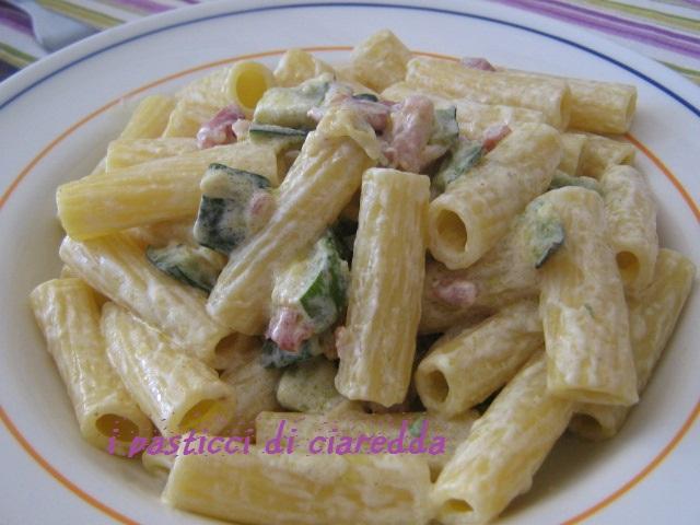 Tortiglioni con zucchine, speck e zafferano