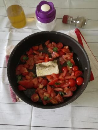 Pasta con pomodorini e feta al forno