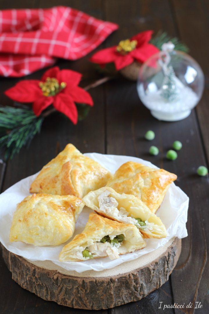 fagottini di pasta sfoglia con pollo piselli e formaggio spalmabile