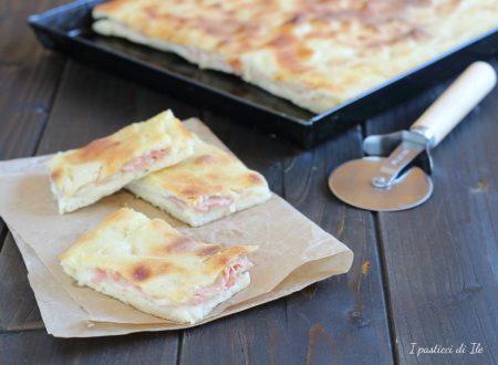 Pizza in teglia ripiena di prosciutto cotto e formaggio