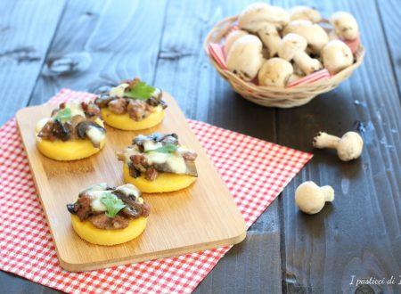 Pizzette di polenta con funghi e salsiccia
