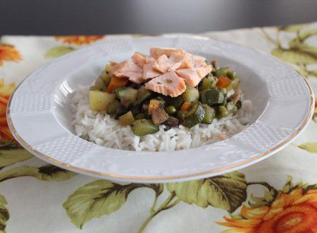 Riso basmati con salmone e verdure brasate