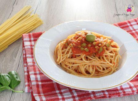 Spaghetti al sugo di pomodoro e olive