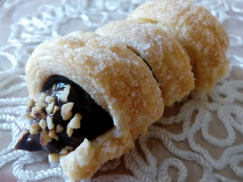 Cannoli di pasta sfoglia con crema al cioccolato