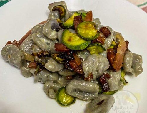 Gnocchi viola con zucchine, burro e speck