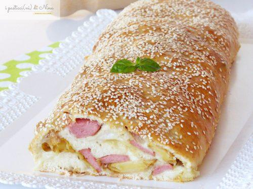 ROTOLO DI PIZZA CON WURSTEL E PATATE AL FORNO