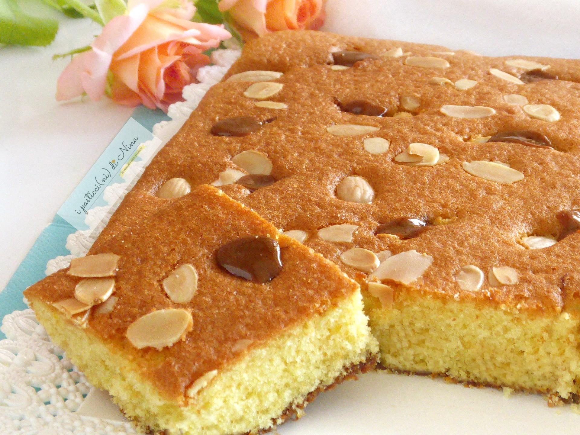 torta soffice con mandorle e caramello