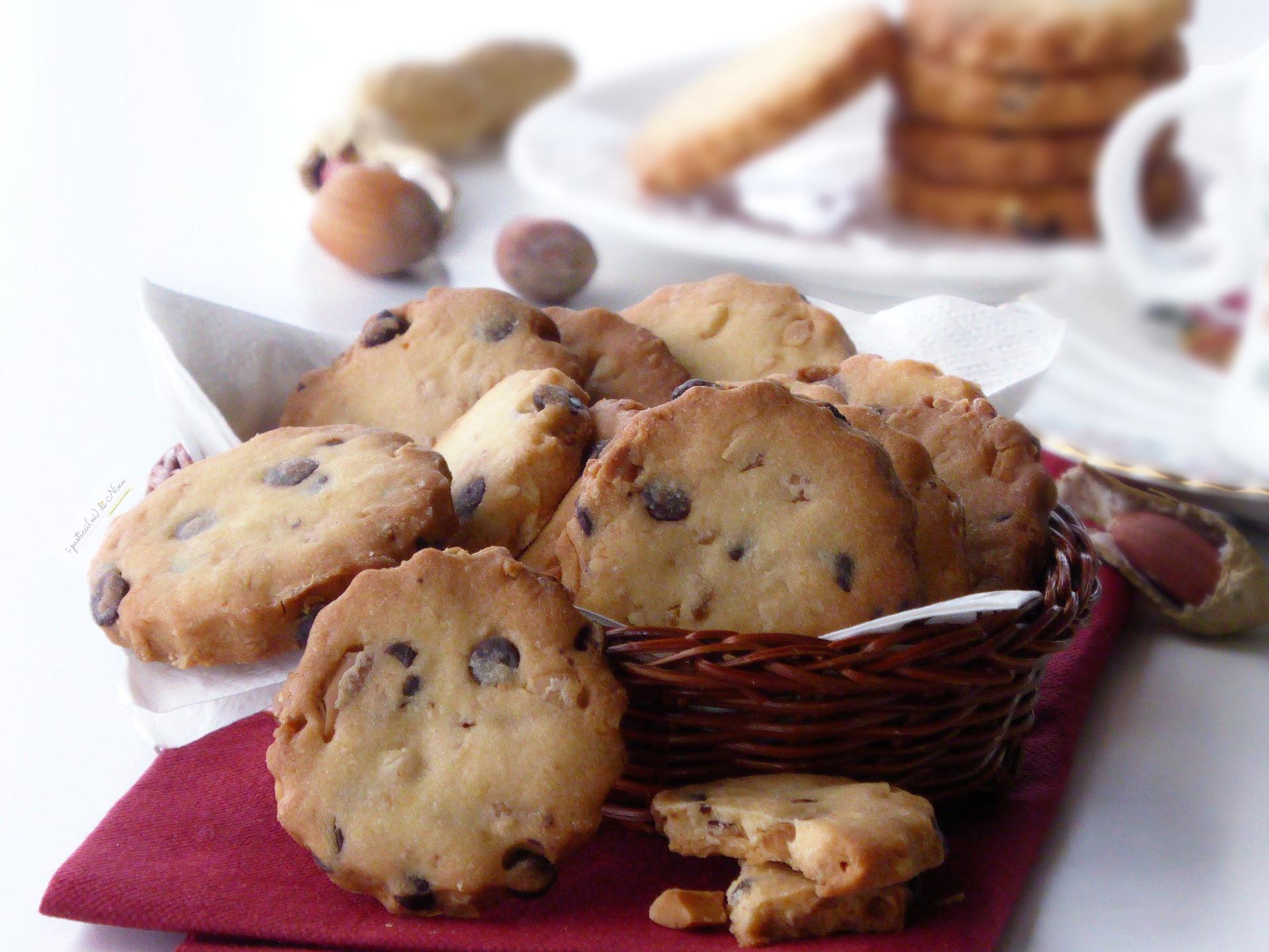 biscotti frollini con arachidi nocciole e cioccolato