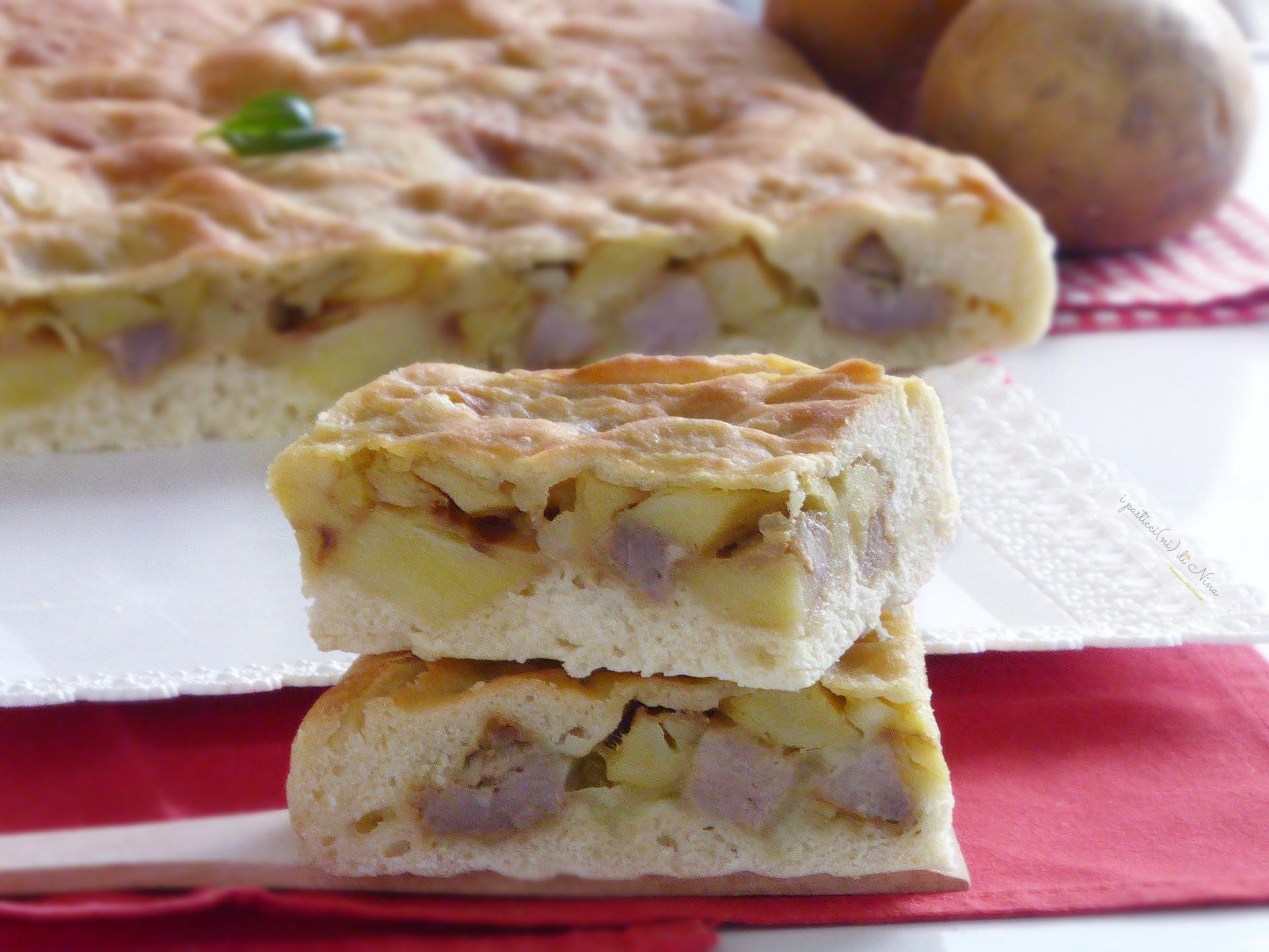 Scacciata siciliana di sola semola con salsiccia e patate