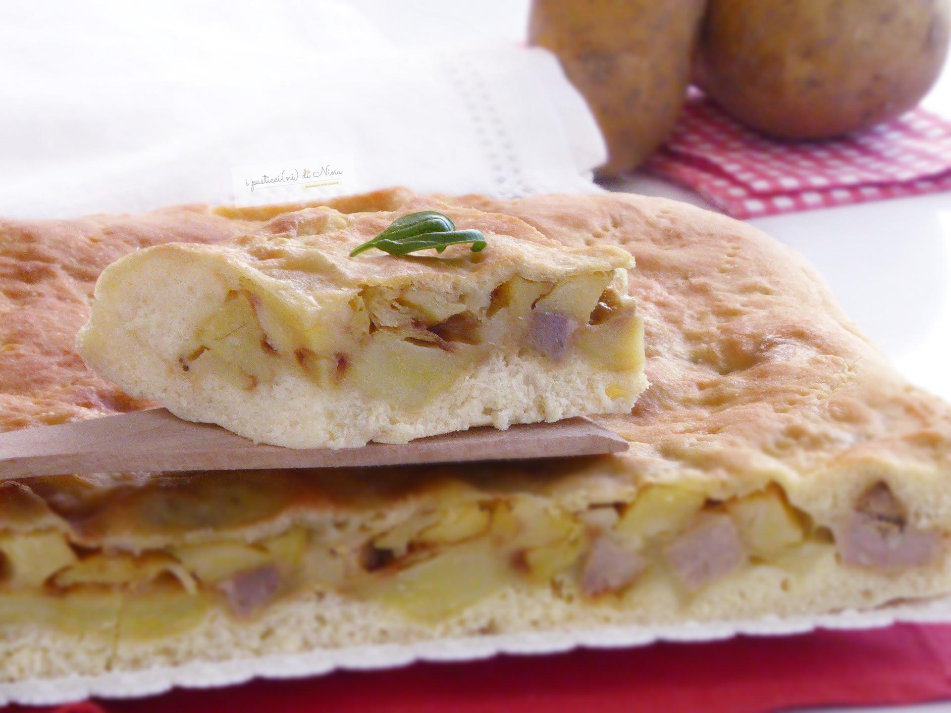 Scacciata di semola con salsiccia e patate, provolone e formaggio impasto morbidissimo