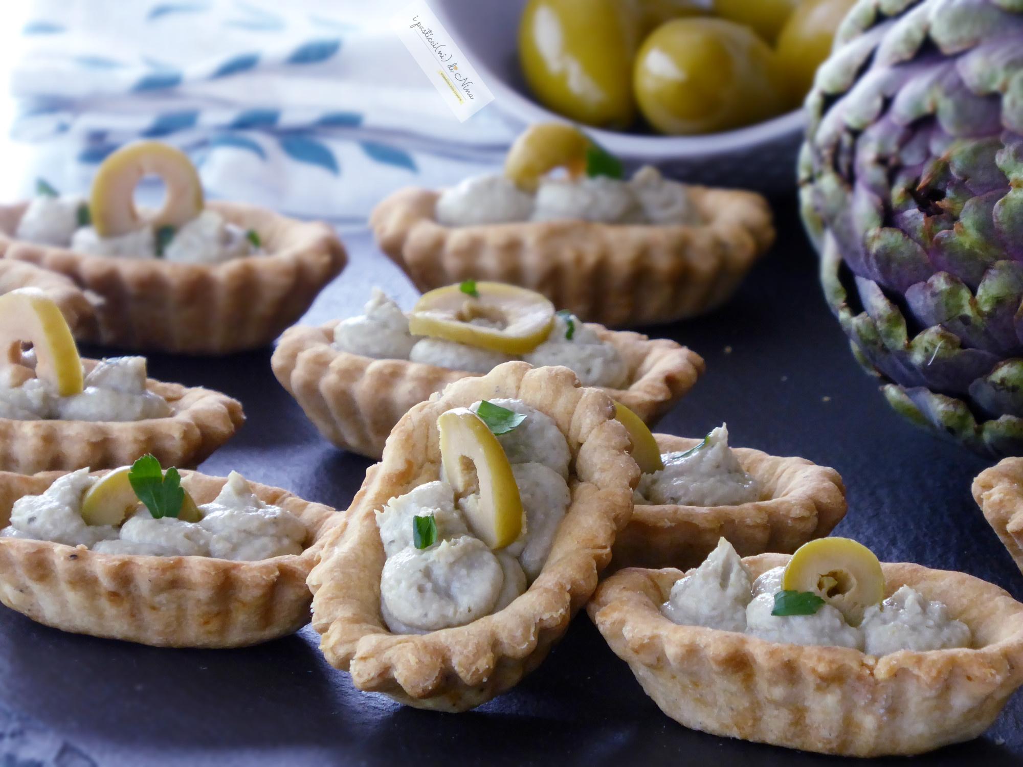 barchette di frolla salata con mousse di carciofi e olive verdi