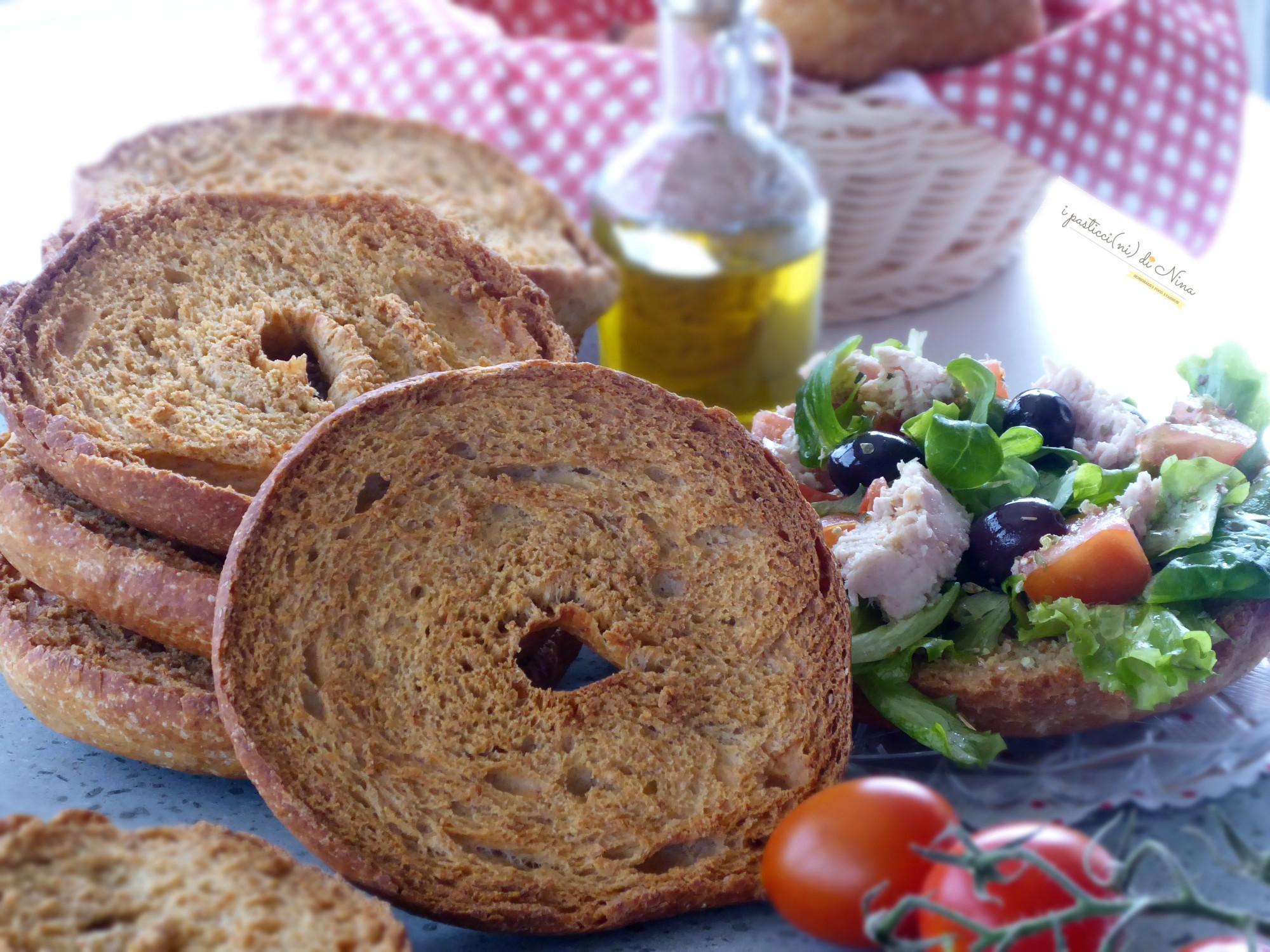 Freselle fatte in casacon farina Tipo 1 e semola rimacinata con tonno pomodorini e olive