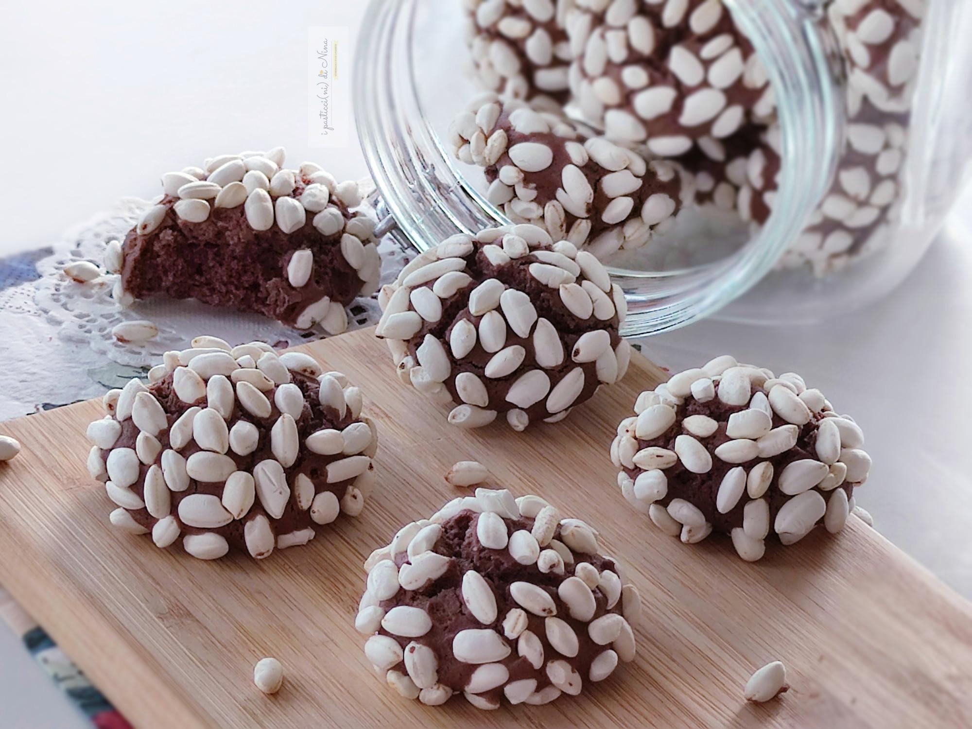 biscotti morbidi al cacao ricoperti di riso soffiato fatti in casa