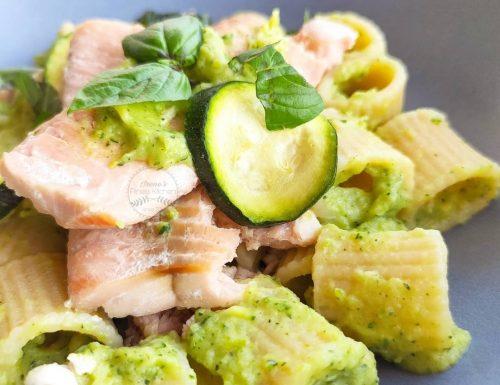 Mezzi rigatoni al pesto di zucchine e avocado con salmone selvaggio