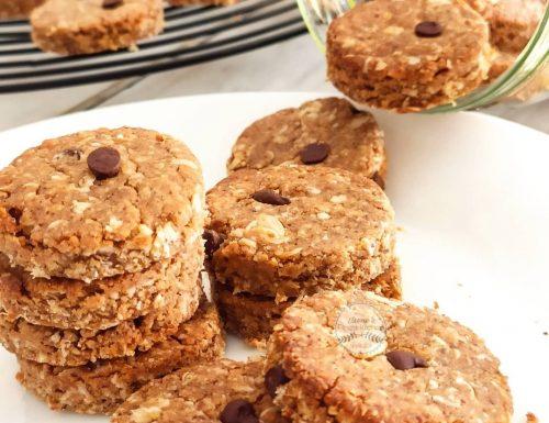Biscotti di avena con burro di mandorle e gocce di cioccolato