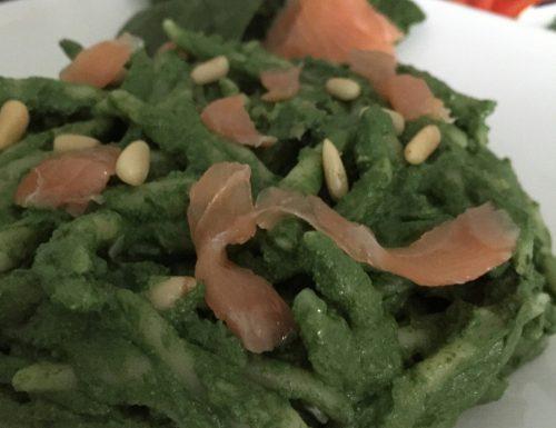 Pasta fresca con pesto di spinaci e salmone