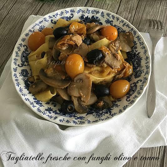 Tagliatelle fresche con funghi olive e tonno