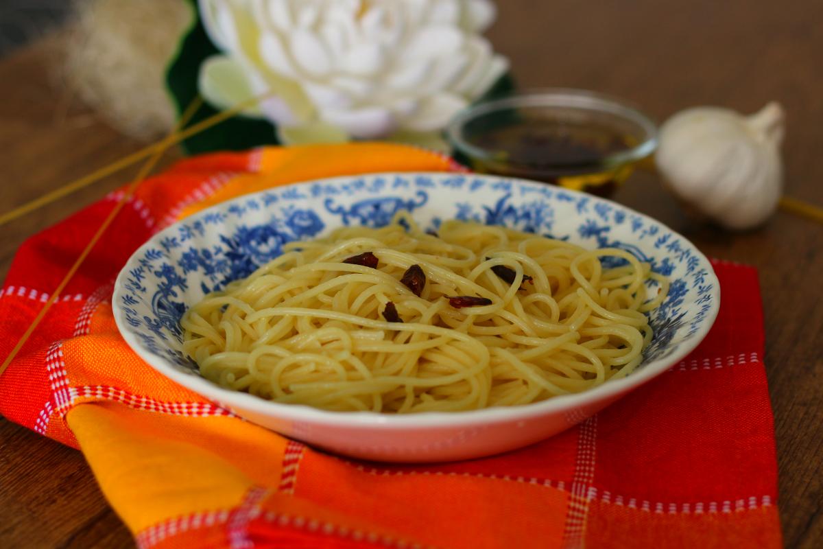 Spaghetti aglio olio e peperoncino ricetta facile - I Sapori di Ethra