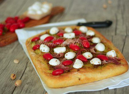 Focaccia morbida ricetta con speck mozzarella pomodori e pistacchio