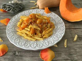 Garganelli pasta con zucca salmone e datterini gialli