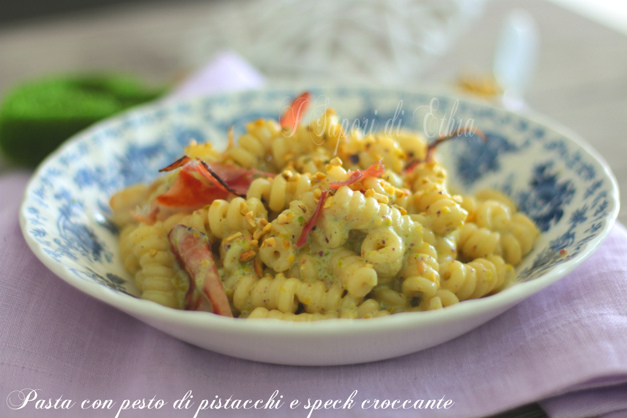 Pasta con pesto di pistacchi e speck croccante - I Sapori di Ethra