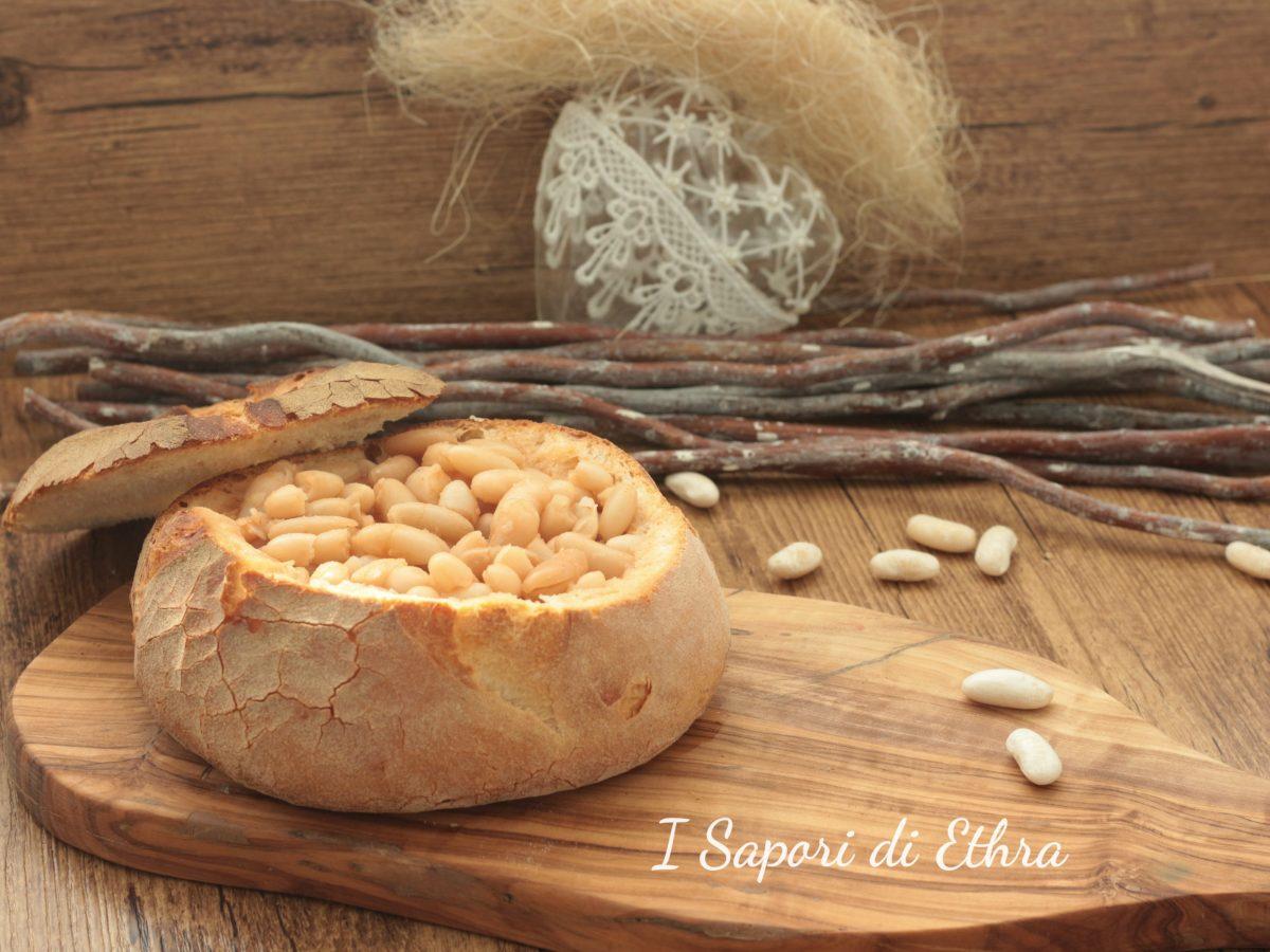 Zuppa di fagioli secchi in coppa di pane fatto in casa